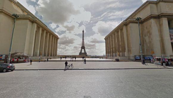 De mannen vielen op omdat ze al een hele tijd rondjes aan het rijden waren op Place du Trocadéro et du 11 Novembre. Vanaf dat plein heb je zicht op de Eiffeltoren, die aan de overkant van de Seine ligt.