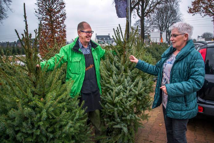 Kees Robben verkoopt een boom aan José Schoenmakers, die al jarenlang traditiegetrouw op de dag na pakjesavond een kerstboom bij hem koopt.
