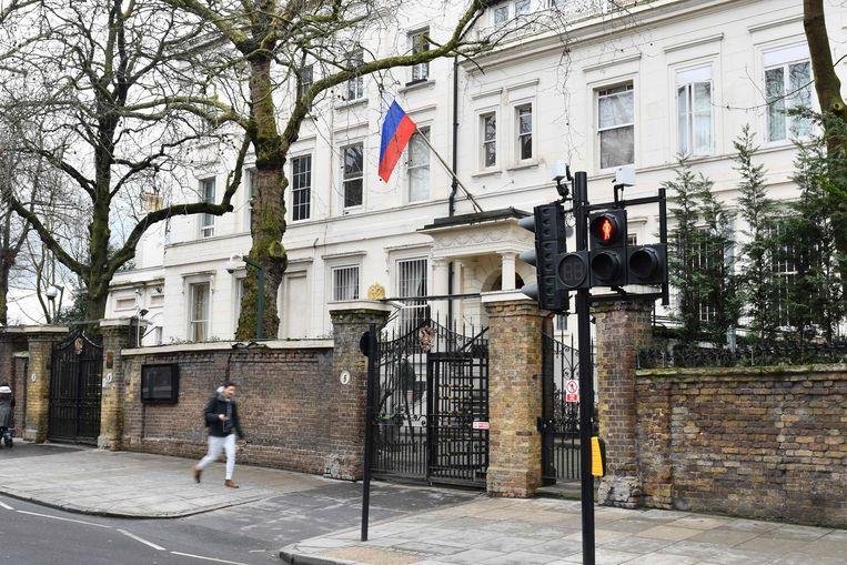 De Russische vlag hangt halfstok op de Russische ambassade in Londen na de zenuwgasaanval op Sergei Skripal. Beeld AFP