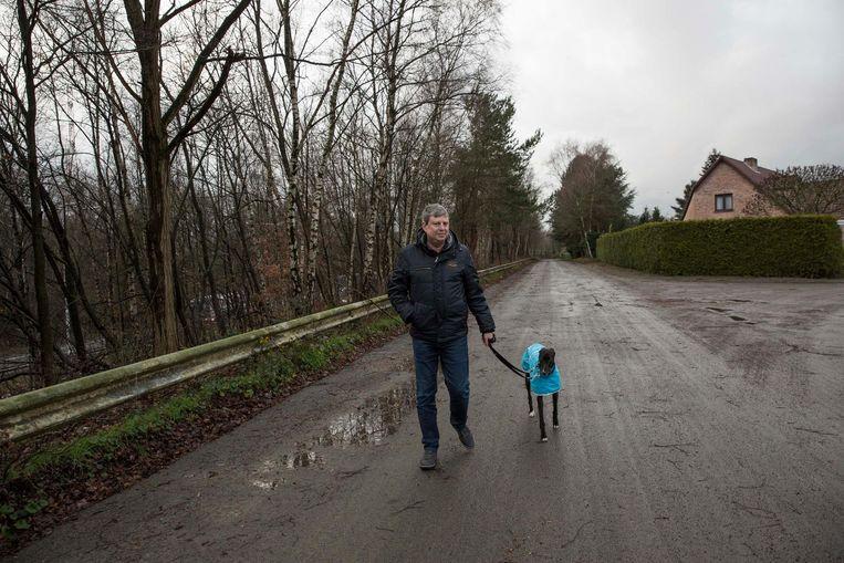 Frank Moons, met zijn hond Evie, woont in de Winkelstraat. Die ligt vlak bij de snelweg.