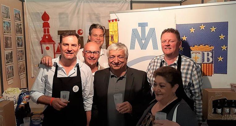 De Tieltse delegatie in op de beurs in Brignoles, samen met de burgemeester van Brignoles en een vertegenwoordigster van het jumelagecomité van Brignoles.