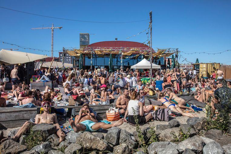Stadsstrand Pllek trekt op een zomerdag circa vijfduizend bezoekers per dag. Beeld Hollandse Hoogte / Frans Lemmens