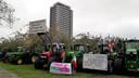 Protesterende boeren op dinsdagmiddag bij het provinciehuis in Den Bosch.