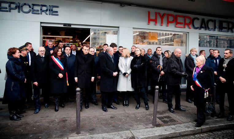Frans President Emmanuel Macron en de burgemeester van Parijs Anne Hidalgo trokken ook richting de joodse supermarkt Hyper Casher.
