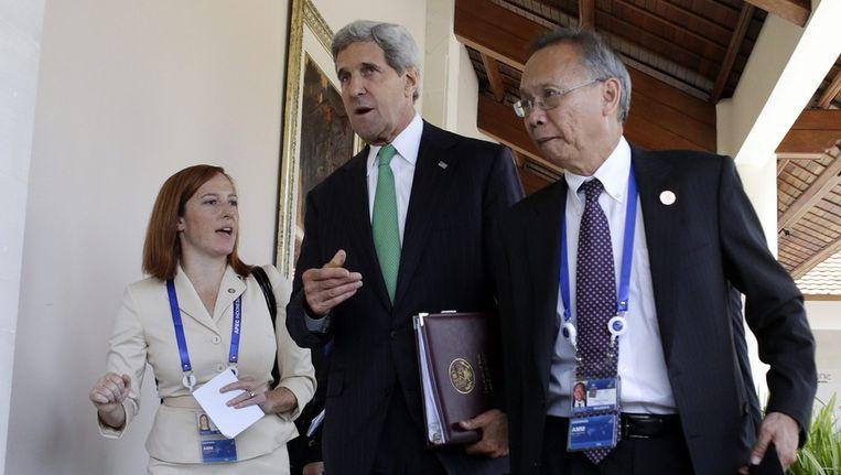 De Amerikaanse minister van Buitenlandse Zaken John Kerry (m) op Bali Beeld epa