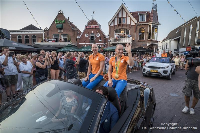 Lieke (links) en Sanne Wevers vrijdagavond tijdens hun huldiging in Oldenzaal.