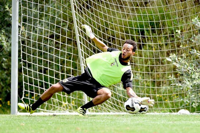 Lewis Baker op doel tijdens de training van Vitesse in Slovenië.