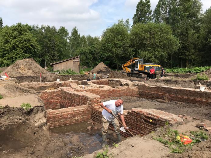 Archeoloog Jan van Renswoude van VUhbs legde in Vught de afgelopen dagen met zijn collega's de restanten van kasteeltje Spreeuwenburg bloot.