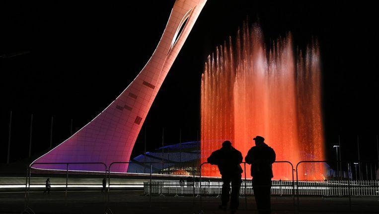 Beveiligingspersoneel bij een fontein die een rol zal spelen in de openingsceremonie. Beeld ap