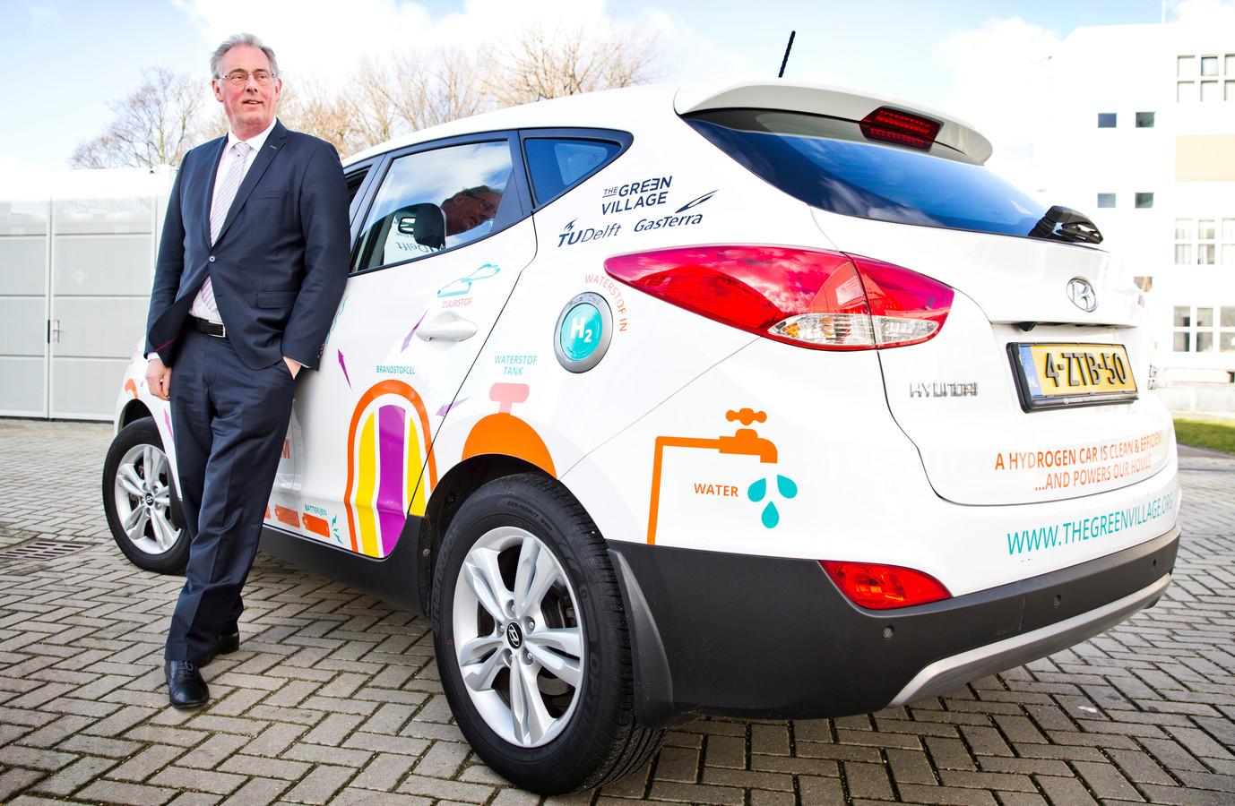 Hoogleraar Ad van Wijk van de TU Delft pleit voor een waterstofeconomie. Op de foto staat hij bij een waterstofauto die ook energie terug kan leveren aan bijvoorbeeld een woning.