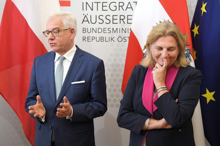 De Oostenrijkse minister van Buitenlandse Zaken Karin Kneissl (r) tijdens een ontmoeting met haar Poolse ambtsgenoot. Beeld null