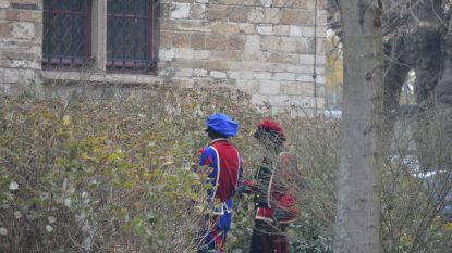 Het is druk voor de Sint en zijn helpers: pieten maken sanitaire stop... tegen kerk