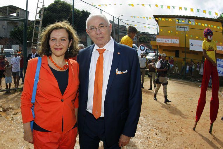 Minister Edith Schippers van Volksgezondheid en Michael van Praag, de bondsvoorzitter van de KNVB. Beeld anp