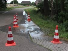 Waterleidingbreuk in Wierden: 'Minimaal twintig huishoudens zonder water'