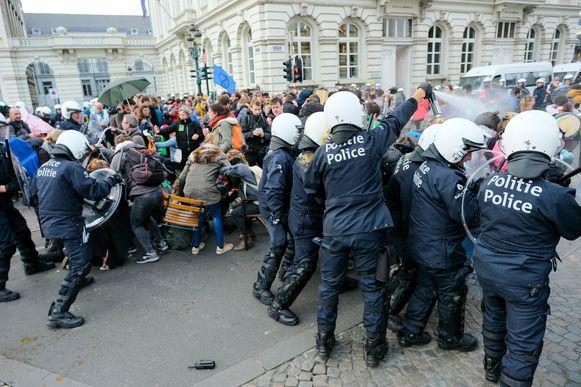 Extinction Rebellion: politie probeerde de klimaatactivisten te verdrijven met matrakken, traangas en een waterkanon