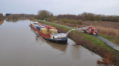 Vrachtschip vaart zich vast tussen oever en pilaar op Schelde in Melle