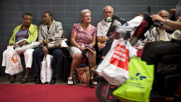 Uitrustende bezoekers van de 50PlusBeurs in de Jaarbeurs. De beurs is met ruim 100.000 bezoekers 's werelds grootste evenement voor actieve vijftigplussers. Beeld ANP