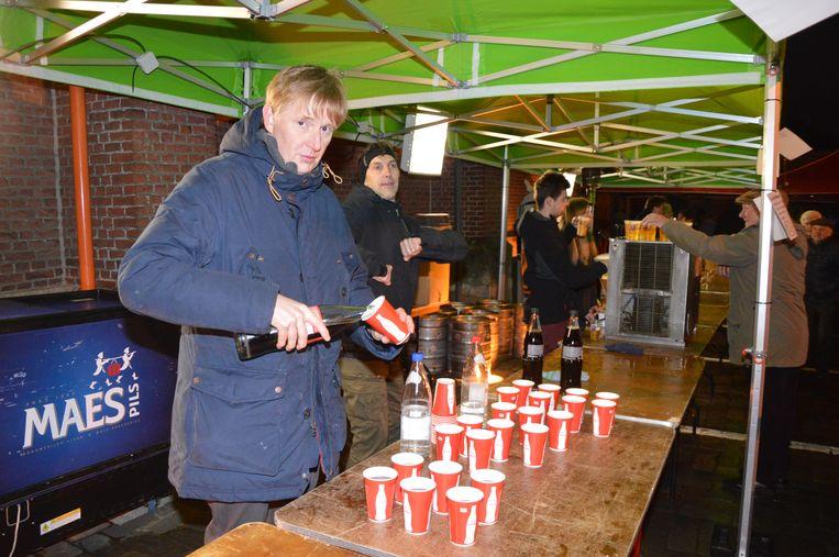 De gemeente trakteerde de inwoners op gratis drank en hapjes.