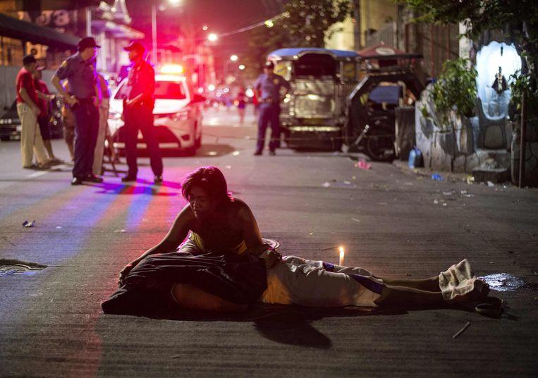 Archiefbeeld: een vrouw rouwt boven het lijk van haar dode zoon, een vermoedelijke drugsgebruiker vermoord door ongeïdentificeerde aanvallers in Manila.