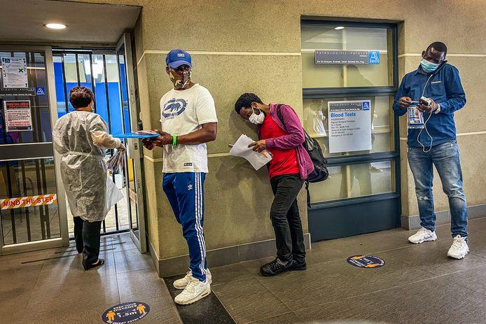 Zuid-Afrikanen wachten om zich te laten testen in een privélab in Johannesburg.