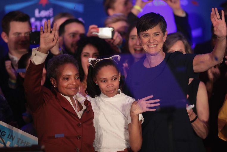 Lori Lightfoot (links) viert haar verkiezingswinst met haar vrouw Amy en dochter Vivian. Beeld Getty Images