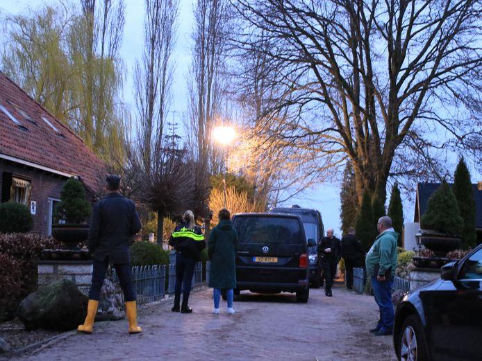 De politie bij het drugslab aan de Spoorlaan in Overberg.