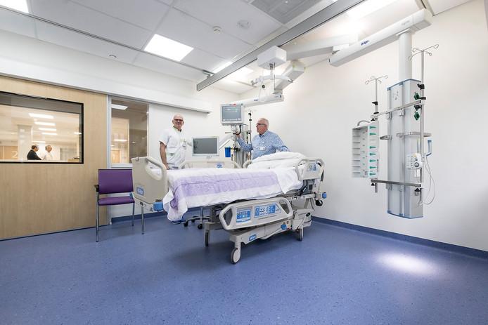 Bert Bartelink (rechts) en medisch specialist Sjaak Hulshof op de intensive care van het SKB in Winterswijk.