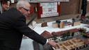 Henk van Voskuilen toont de maquette van zijn geboortehuis.