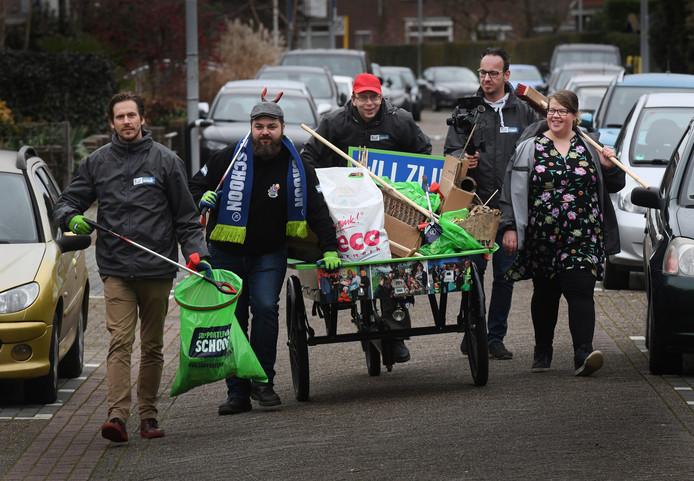 Bart van den Berg (tweede van links) trekt er met vrijwilligers van Tiel Tip Top op uit om de straten van Tiel schoon te maken.