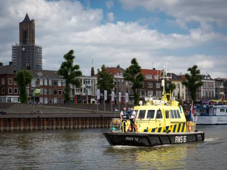 Twintig zwemmers uit vaargeul Rijn gehaald: 'Levensgevaarlijk om daar te zwemmen'