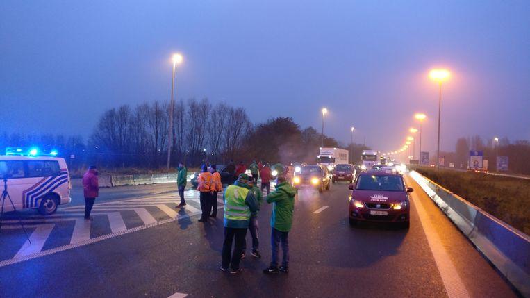 De transportvakbonden delen aan de grensovergang in Rekkem pamfletten uit. Ze protesteren tegen de nieuwe geplande Europese regeling rond rij- en rusttijden.