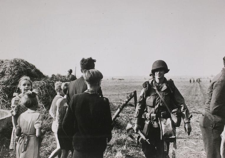 Een militair van de 101 US Airborne Division verlaat de landingszone bij Son, 17 september 1944. Beeld NIMH