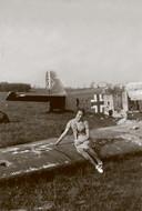 Mei 1940: in de buurt van Veenendaal is een Duits oorlogsvliegtuig neergestort. Bevallig poseert deze mevrouw op de vleugel - een vervreemdend oorlogsbeeld.