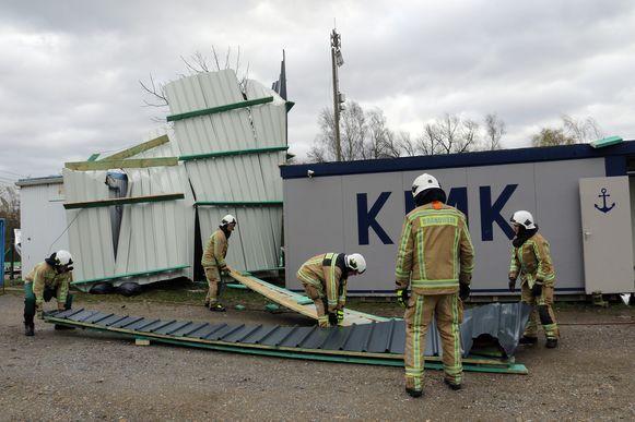 Het volledige dak van het gebouw van de Koninklijke Marine Kadetten ging door de rukwinden de lucht in.