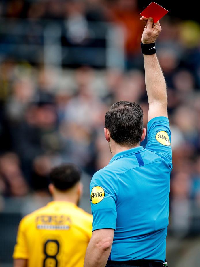 Edwin van de Graaf gaf vorig seizoen rood aan Mounir El Allouchi tijdens NAC - VVV-Venlo