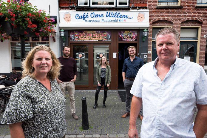 Eigenaars van cafe Ome Willem Sonja Grip (links) en Patrick Bouwhuijzen (rechts) en op de achtergrond de initiatiefnemers van de inzamelingsactie om de kroeg overeind te houden, Joep Wijnhoven, Dorine van de Meerendomk en Koen Vriends.