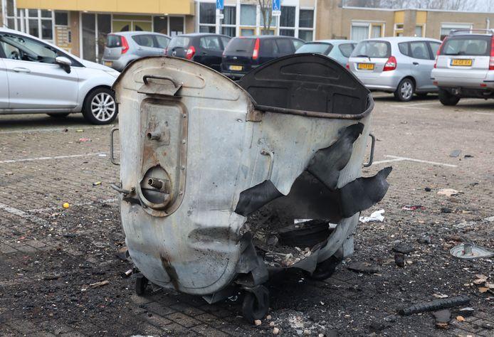 Ontplofte vuilcontainer op nieuwjaarsdag bij dorpshuis 't Meulengat in Sluiskil.