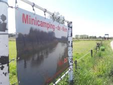 Drie chalets op camping De Niers in Ven-Zelderheide, maar verwijsbord moet weg