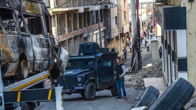 Turkse politieagent houdt de wacht in Silvan. Beeld afp