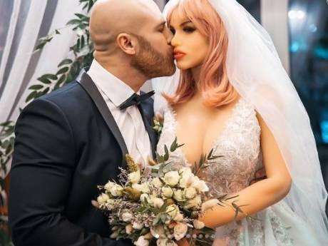 Il se marie avec sa poupée sexuelle