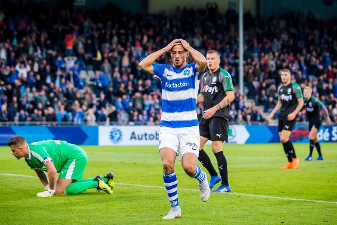 Jordy Thomassen grijpt vol ongeloof naar zijn hoofd, nadat doelman Sergio Padt (links)  de inzet van de aanvaller van De Graafschap nog redde.