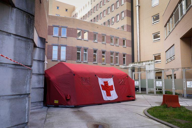 Een tent is alvast opgezet bij het ziekenhuis Sint-Pieter-ziekenhuis in Brussel.