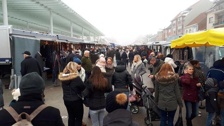 De eerste markt onder en rond de markthal lokte meteen al een pak volk.