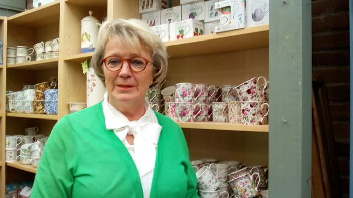 Lucia de Bonth voor een van haar kasten met Engels servies