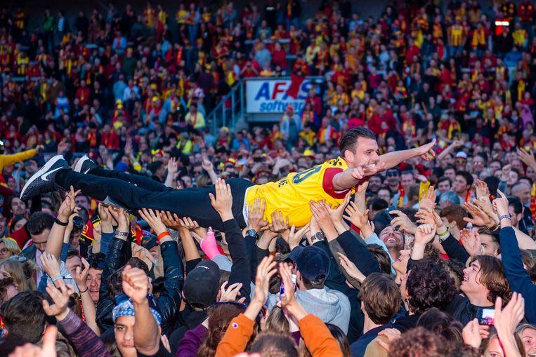 Joachim Van Damme wordt tijdens het bekerfeest na de gewonnen cup tegen AA Gent op handen gedragen door de Mechelse fans.