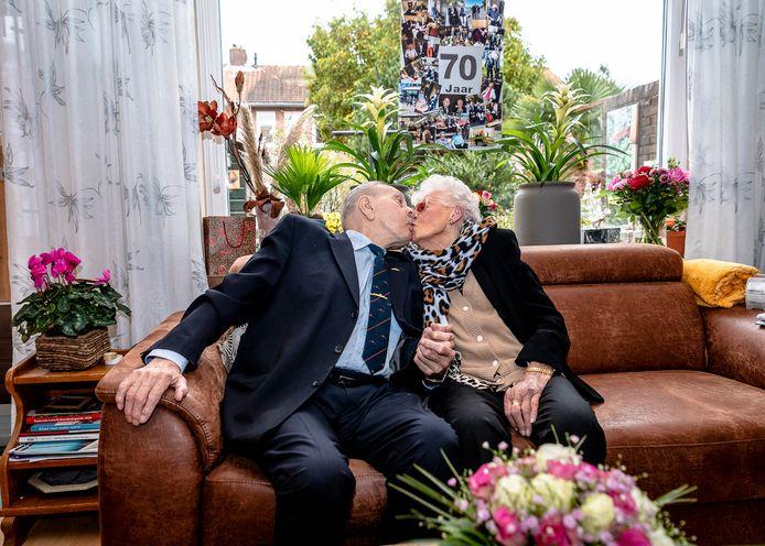Ras-Rotterdammers Gilles (92) en Fie (91) Rijsdijk: zeventig jaar getrouwd en nog altijd gek op elkaar.
