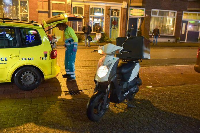 Een maaltijdbezorger op een scooter is zondagavond rond 18.30 uur op de Veldhovenring in Tilburg aangereden door een auto die een parkeerplaats in wilde rijden.