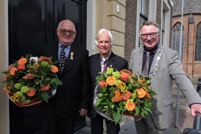 Louis van Roekel (links) en Freek Krouwel kregen een lintje opgespeld door burgemeester Geert van Rumund (rechts).