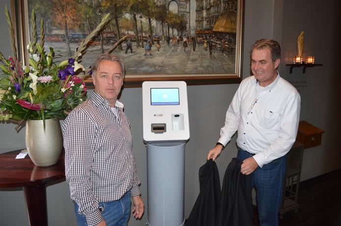 Sjoerd de Bot van brasserie Tivoli en Herman Vissia van Byelex bij de bitcoinautomaat.