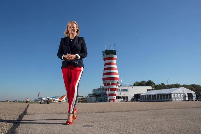 Directeur Hanne Buis voor de vernieuwde verkeerstoren op Lelystad Airport.